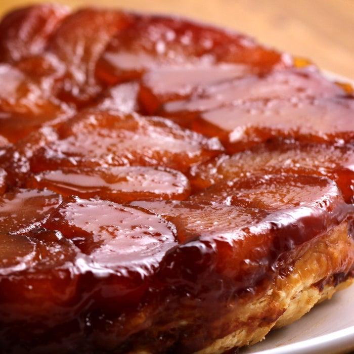 パイ型(直径23cm)1台分材料:冷凍パイシート(解凍する) 1枚りんご 1.5kg水 大さじ3砂糖 100g無塩バター 100gサラダ油(型に塗る用) 適量バニラアイスクリーム 適量作り方:1.パイシートをめん棒で平らに伸ばす。直径23cmのパイ型を乗せて円形に切り抜き、全面にフォークを刺して穴を開ける。2.りんごは4等分に切って芯を取り除く。3.オーブンは190℃に予熱しておく。4.鍋に砂糖、水を入れて中火にかけ、かき回さずにそのまま加熱する。周りから色付いてきたら鍋を軽く揺すりながら茶色くなるまで加熱する。5.バターを加えてかき混ぜ、りんごを加えてさらにかき混ぜる。時々向きを変えながら全体が茶色く色付くまで弱火で15-20分煮る。6.油を塗ったパイ型に(5)のりんごを敷き詰めて、鍋に残ったカラメルソースをかける。7.(6)の上に(1)をかぶせてパイシートの端が中のりんごを覆うように型の内側に入れ込む。8.190℃のオーブンに入れて、パイ生地がきつね色になるまで45-50分焼く。オーブンから取り出したら1時間ほど置いて粗熱を取り、型を逆さまにして皿に出す。9.食べやすい大きさに切り分け、バニラアイスクリームを添えたら、完成!