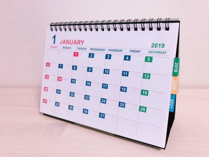卓上、 B6サイズ(182×128mm)のオーソドックスな卓上タイプのカレンダー。実は2019年、2020年、2021年のカレンダーが1つになっています。3年分で100円ってコスパ良すぎ!このカレンダーが終わることには東京オリンピックも終わってると思うと、感慨深い…。