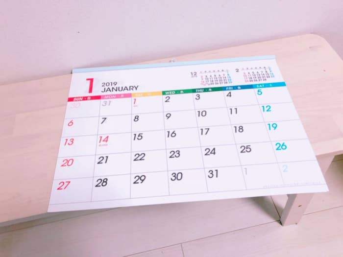 A3サイズ(420×297mm)の壁掛けカレンダーです。このタイプは予定が書き込めるから便利!金具が上に付いているので、安定して使えるのも嬉しいです。