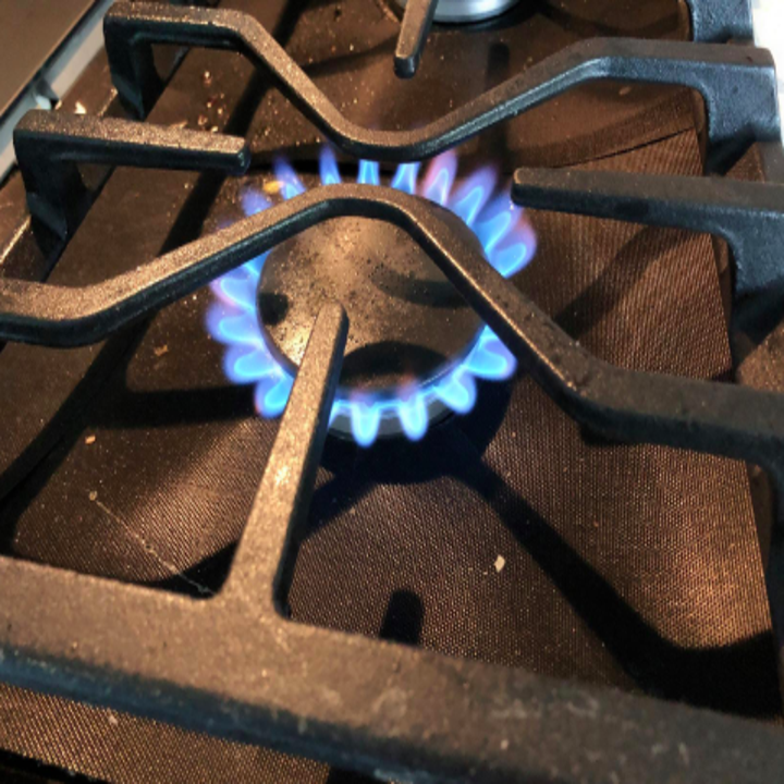 reviewer pic of burner cover that's barely noticeable
