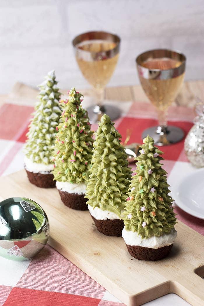 いよいよクリスマス本番!パーティーで大活躍しそうなレシピをご紹介♪ココアマフィンの上にアイスコーンをのせて、抹茶クリームを絞ったらまるでクリスマスツリーのようなかわいいケーキが作れちゃいます♪みんなでデコレーションを楽しんでくださいね!