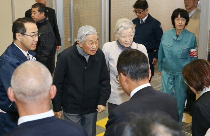 北海道地震の被災地を訪問し、被災者に声を掛けられる天皇、皇后両陛下(11月15日、北海道厚真町)