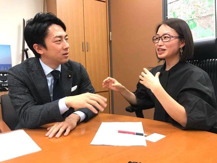 妊婦加算の凍結について議論する産婦人科医の宋美玄さんと自民党構成労働部会長の小泉進次郎さん