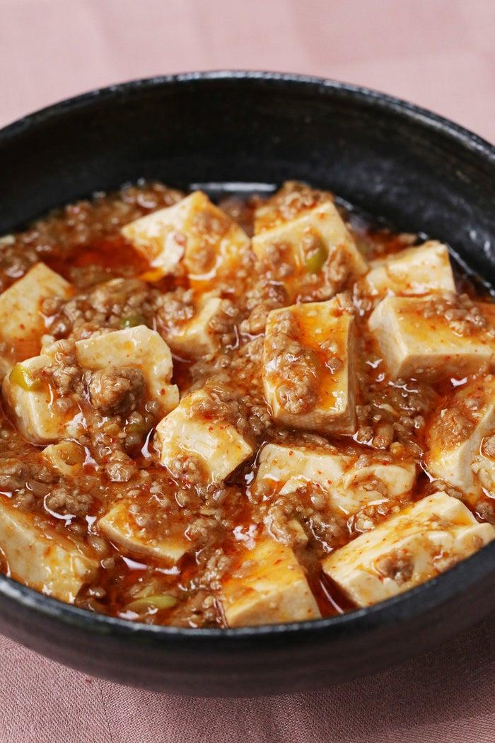 麻婆豆腐って、豆板醤とか山椒とか、普段なかなか使わない材料が必要でハードルが高くなっていませんか?このレシピでは、特別な材料は一切なし!しかもどんどん炒めていくだけなので、あっという間に出来ちゃいます。簡単なのに味は本格派!ぜひ作ってみてくださいね♪