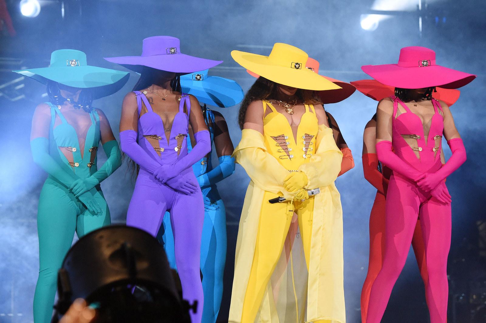 Cuộc Tranh Luận Đã Được Phát Ra Sau Khi Những Bức Ảnh Của Beyoncé Biểu Diễn  Tại Nam Phi Vào Đêm Chủ Nhật Đã Xuất Hiện.
