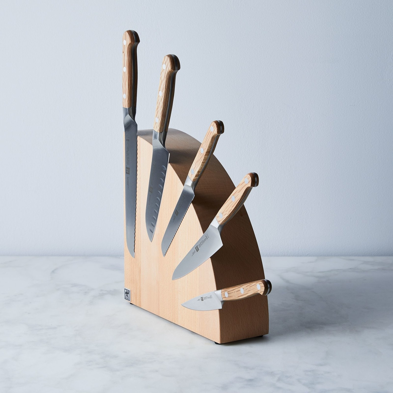 Knife block with magnetized knives on side