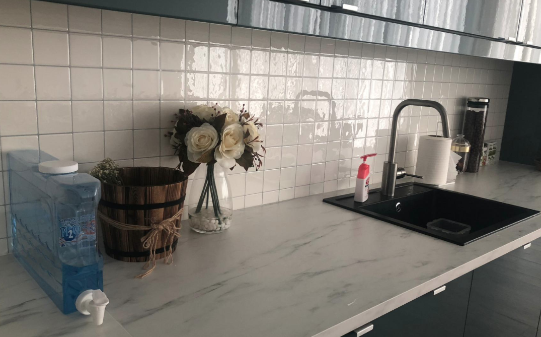 Reviewer image of tike backsplash applied above kitchen counters