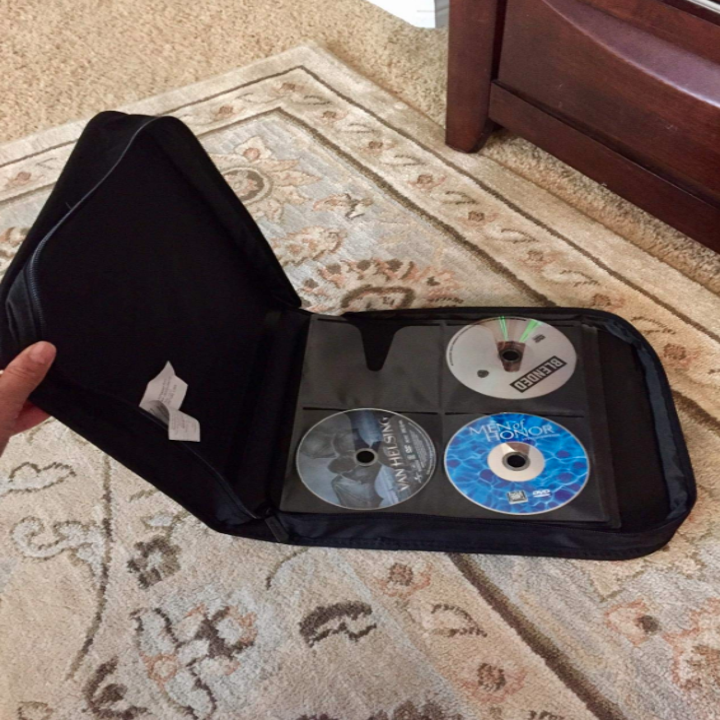 A reviewer's photo of the inside of the disc keeper, showing how it fits four discs to a page