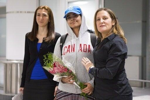 Rahaf al-Qunun (center) with Canadian Foreign Minister Chrystia Freeland (right).
