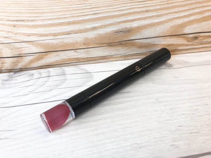 新作の「ルージュルミヌ」は、ペンシルタイプのような細身のスタイルなので、ブラシ要らずでさっと使えます。唇につけた瞬間にスーッと馴染むトロットしたテクスチャーはさすがのデパコスクオリティ。ひと塗りでふっくらと仕上がります。