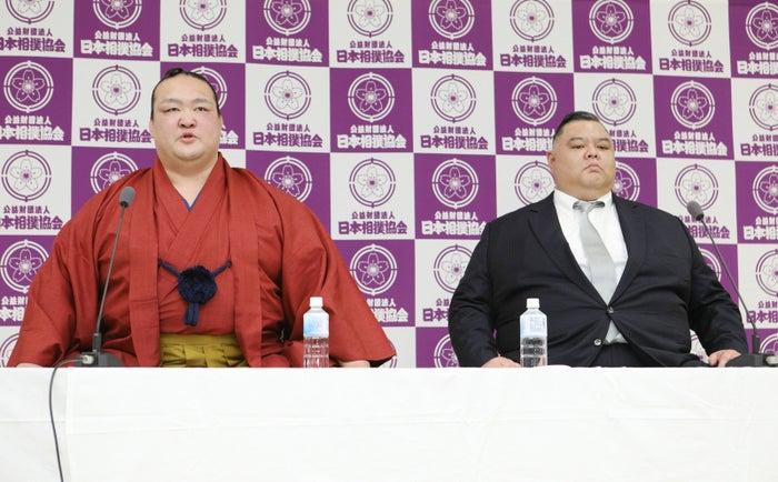 引退記者会見をする大相撲の横綱稀勢の里(左)。右は師匠の田子ノ浦親方(元幕内隆の鶴)