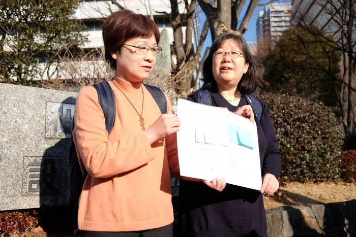 婚姻届を提出した、大江千束さん(右)と小川葉子さん