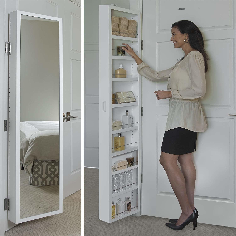 在附接到门的镜像存储柜中达到物品