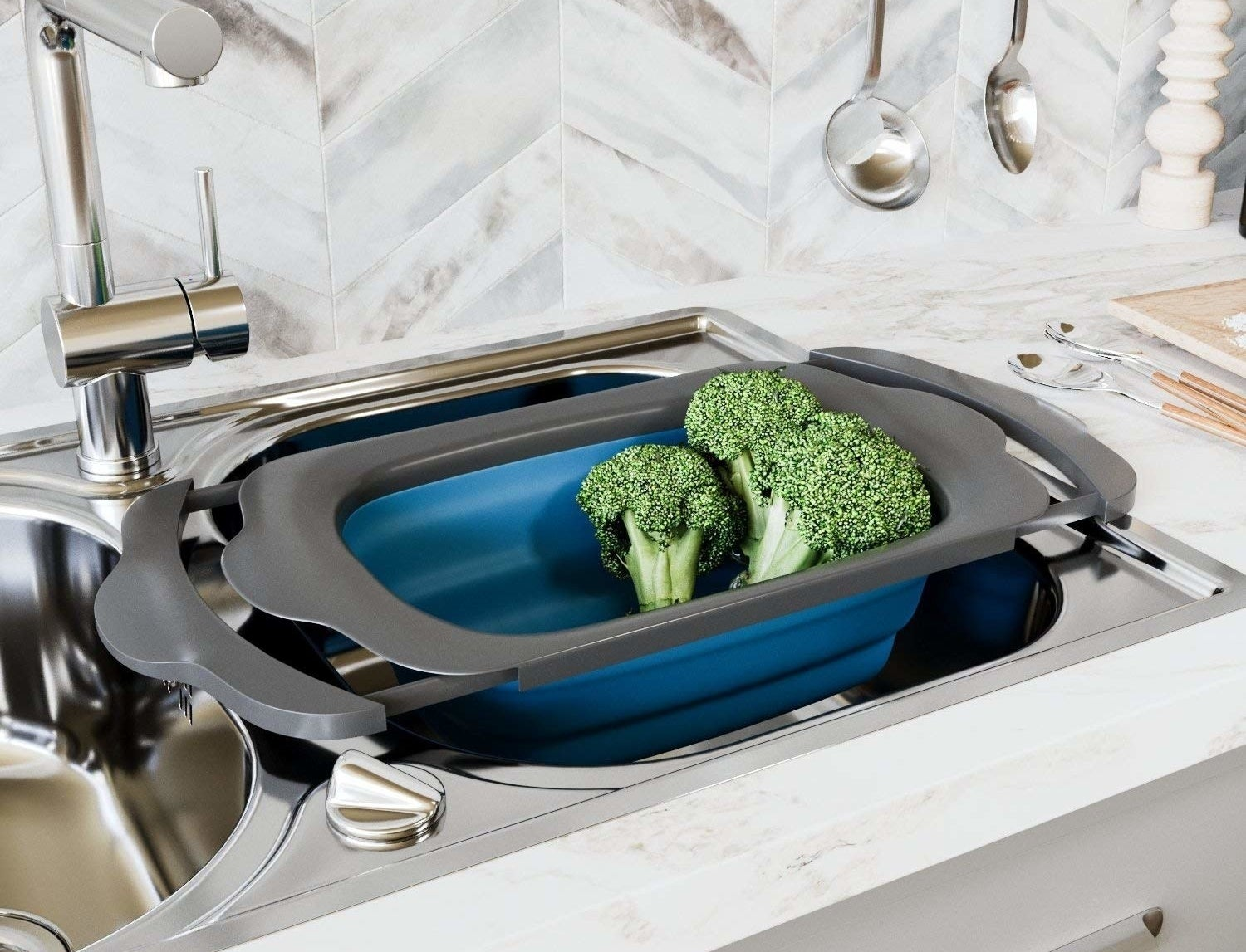 Colander with expandable arms hooked onto the edge of both sides of the sink to easily wash veggies