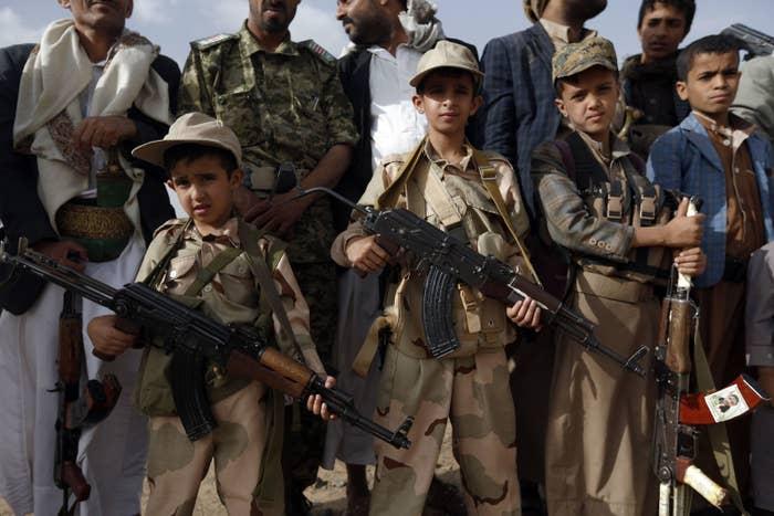 フーシ派の集会に銃を持って現れた子どもたち。2017年6月撮影