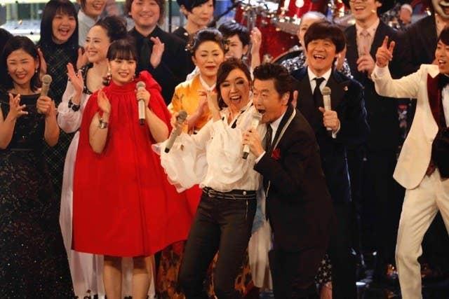 紅白歌合戦の「勝手にシンドバッド」で競演した桑田佳祐と松任谷由実