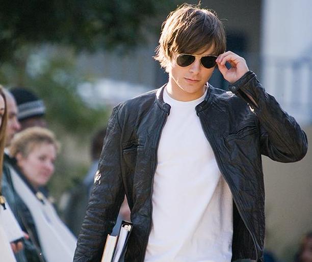 Aún pienso en Zac Efron llegando a la escuela con esa chaqueta y esas gafas de sol de forma regular.