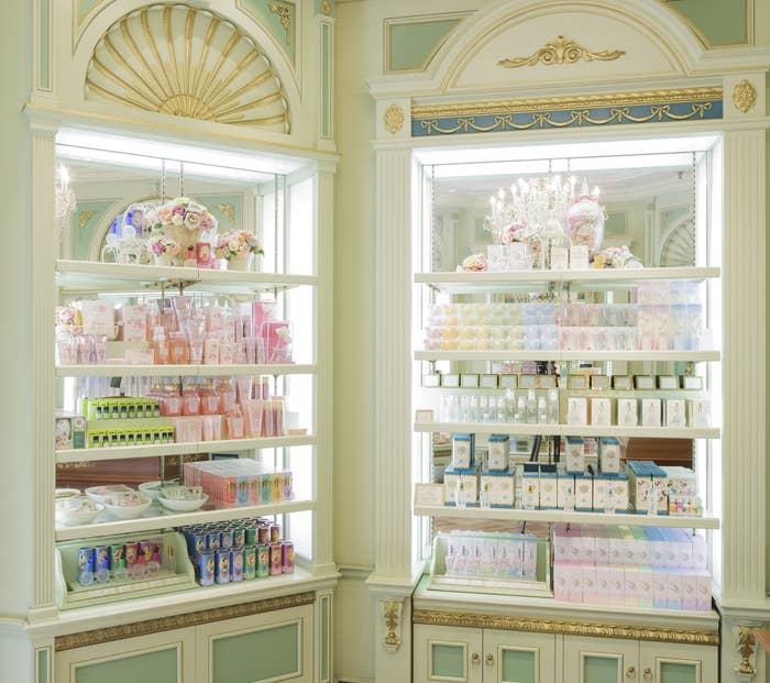 香水やハンドクリームなど、フレグランスアイテムを取り扱っているお店なのですが、とにかく店内の商品がかわいいんです…!