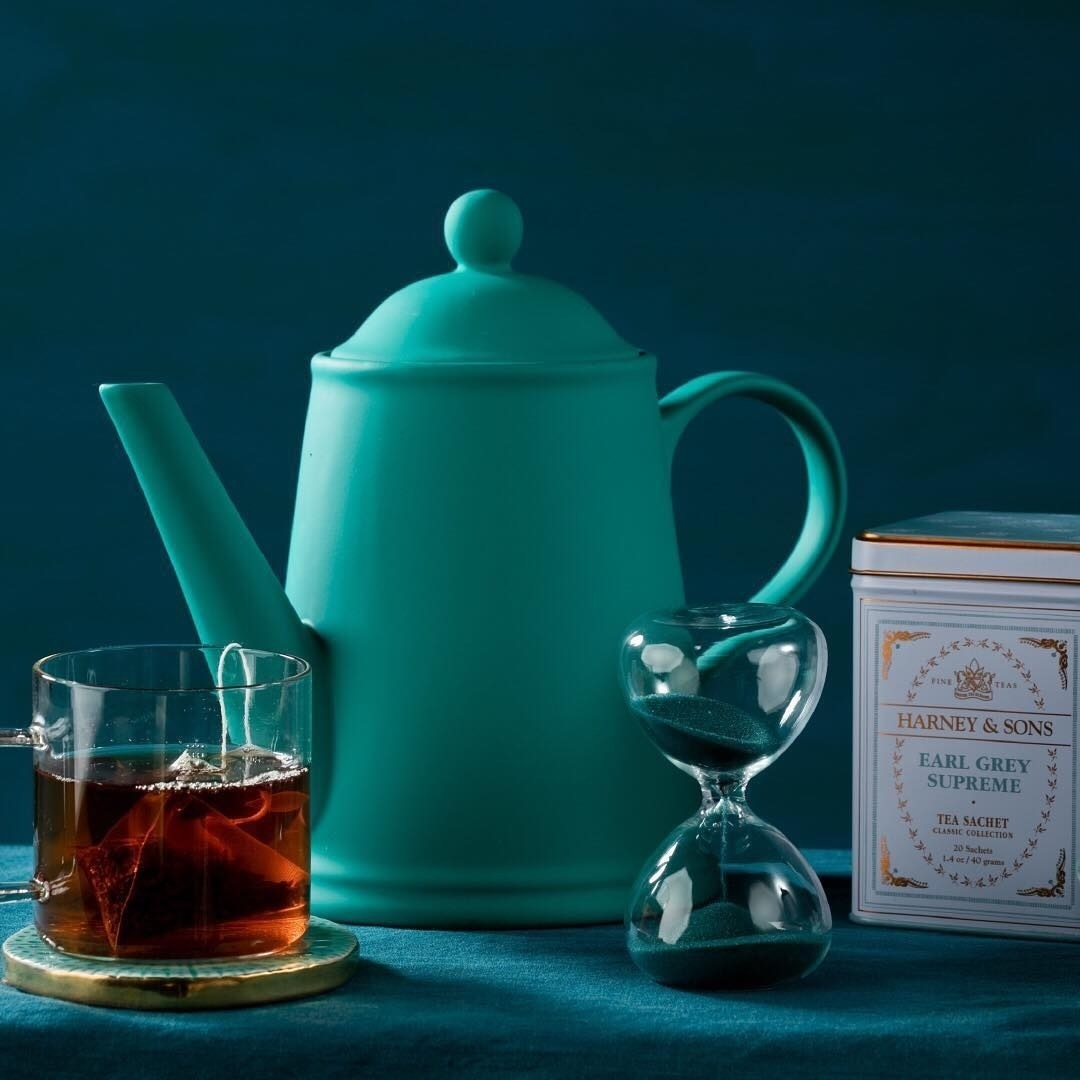 The tin of earl grey with teapot