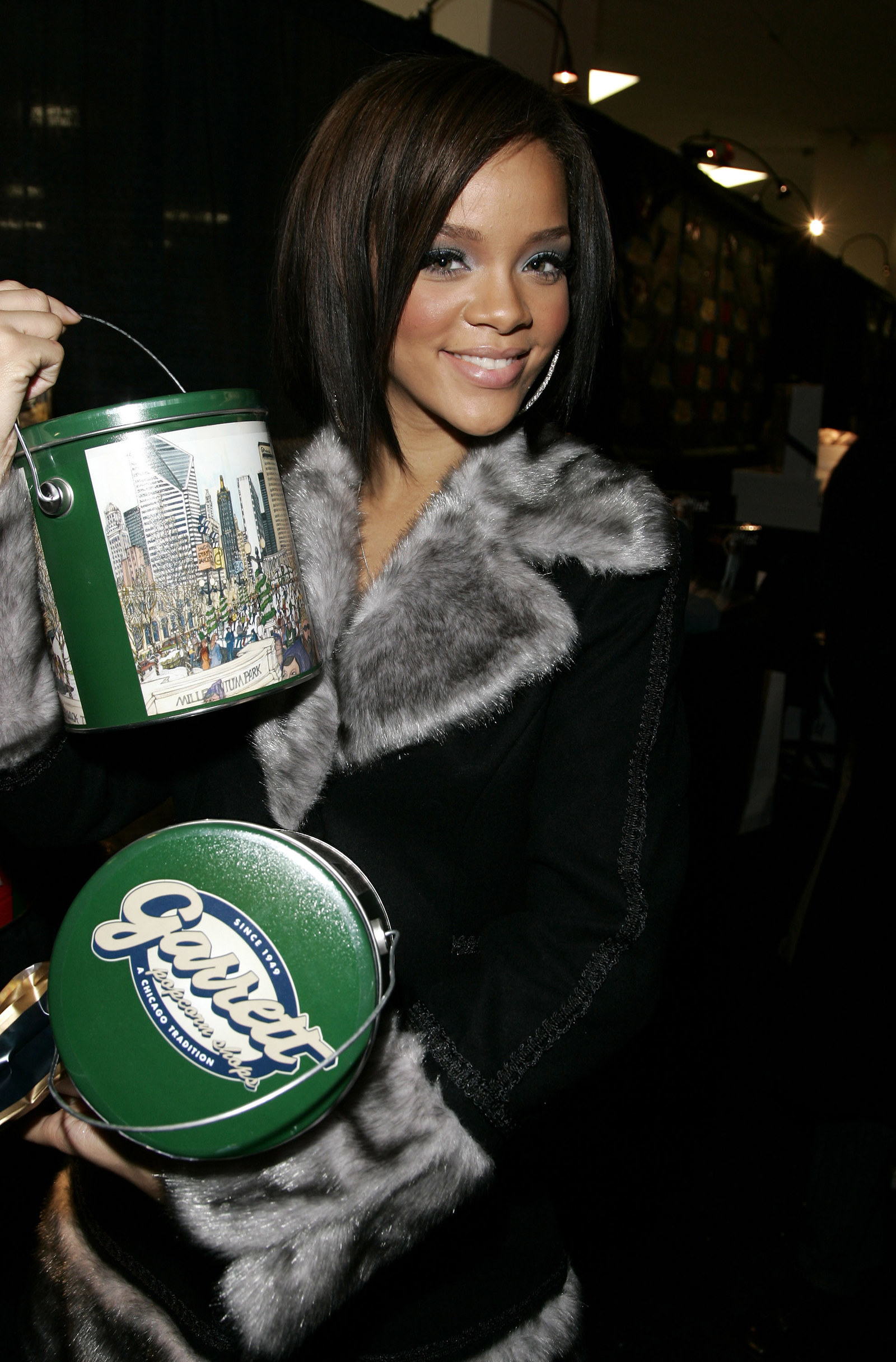 16 Pictures Of Super Famous People Holding Random Things So They Could Get Them For Free