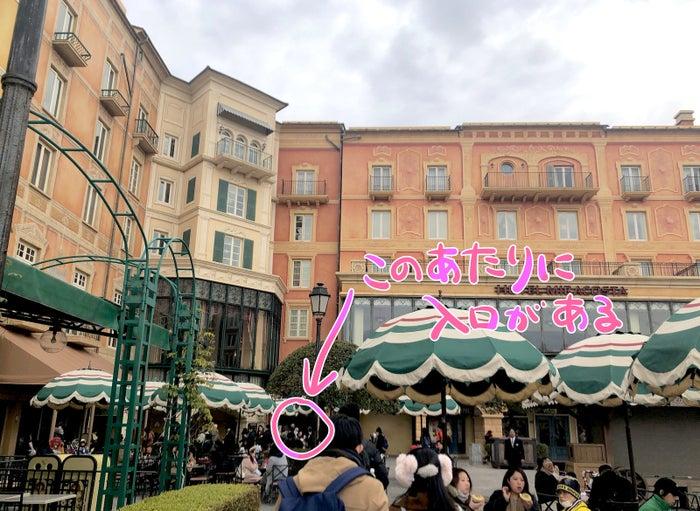 東京ディズニーシーに入ってすぐ、広場の端っこにミラコスタの入り口があります。パークへ遊びに行ったときに、ご飯だけミラコスタで食べることもできるんです!
