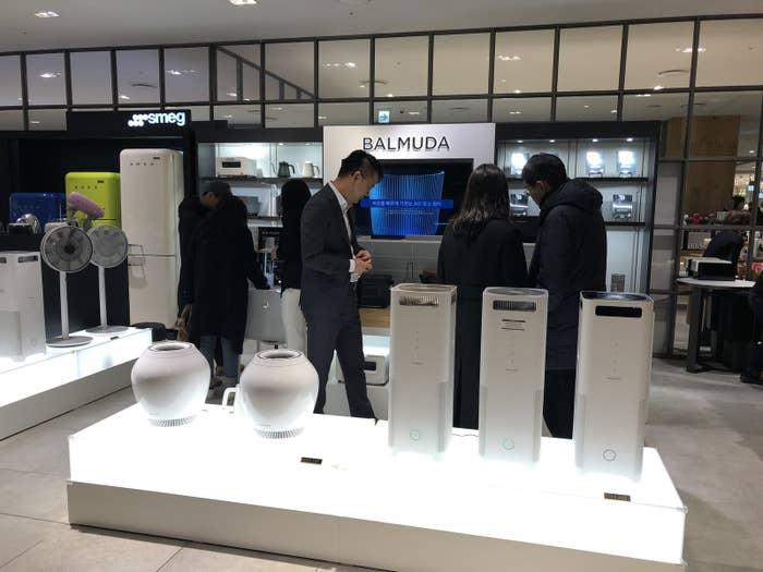 韓国国内で12店舗もの直営店を展開し、今年2月には、韓国で空気清浄機の発表会も行いました。バルミューダが海外で製品発表会を行うのは今回が初めて。現地の報道関係者、インフルエンサーなど約180名が参加した盛大な会となりました。