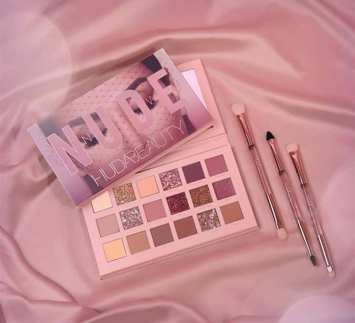 Huda Beauty New Nude eyeshadow palette features 18 super pigmented mattes and sparkly shimmers to give you a variety of looks and colors.