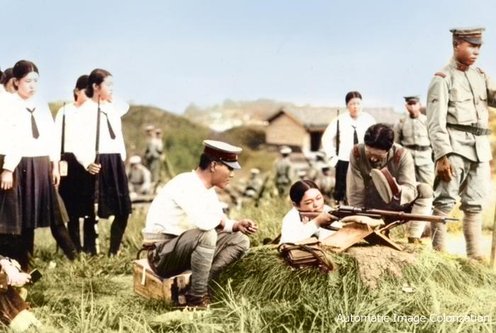 歩兵第50連隊の射撃場で実弾射撃をする、高等女学校の生徒とみられる女性たち(1935年ごろ)