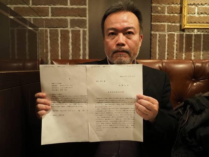 「一般旅券返納命令書」を手にする常岡浩介さん