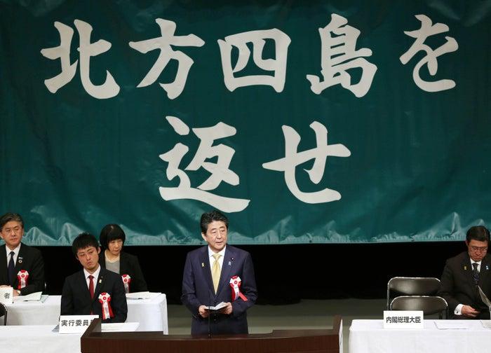 毎日新聞によると、首相は2017年2月の衆院予算委で「日本固有の領土というのがわが国の一貫した立場」と答弁した後は「固有の領土」を使っていないという。今国会では、1月31日の施政方針演説で「わが国が主権を有する島々」だと述べ、「固有の領土」を使わなかったことから、「ロシアの刺激を避ける狙いがある」との指摘(日経新聞)も上がった。また、2月6日の参議院予算委員会では、国民民主党の大塚耕平議員に「固有の領土でご答弁を」と問われても使わず、「使えなくなったのか」という質問にも「わが国が主権を有する島々という立場に変わりはない」と答えるに止めている。河野太郎外相も同様だ。去年の「北方領土の返還を求める全国大会」では「わが国固有の領土」と発言していたが、今年の大会では同様の表現を使わなかったという。