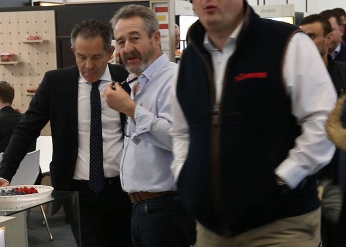 Manuel Matos (r.) mit Rafael Domínguez Guillén, dem Vorsitzendenen von Freshuelva.