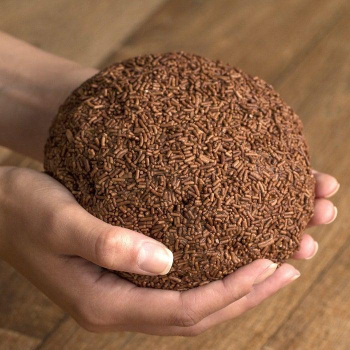 Você vai precisar de:3 colheres de sopa de manteiga3 latas de leite condensado250g de chocolate meio amargo150g de chocolate granuladoModo de preparo:1. Em uma panela, coloque o leite condensado, a manteiga e o chocolate meio amargo.2. Mexa em fogo baixo até o brigadeiro desgrudar da panela.3. Coloque em um recipiente e leve à geladeira por 4 horas.4. Com ajuda de uma colher, solte o brigadeiro do recipiente.5. Com as mãos untadas de manteiga, retire o brigadeiro e modele no formato de uma bola.6. Enrole o enorme brigadeiro em chocolate granulado e sirva em um prato fundo.7. Aproveite sem moderação.