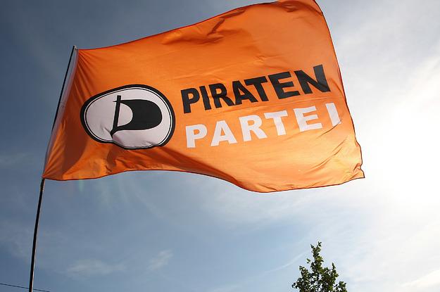 Ein Europakandidat der Piratenpartei soll eine Frau sexuell belästigt haben – trotzdem darf er weiter auf Platz zwei der Wahlliste stehen