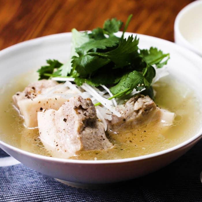 大きめにカットした豚バラ肉と、たっぷりのにんにくや香辛料を一緒に煮込み、コショウを効かせたシンガポールの名物料理。炊飯器があれば、あっという間に本格的な味に仕上がりますよ♪ぜひ作ってみてくださいね!