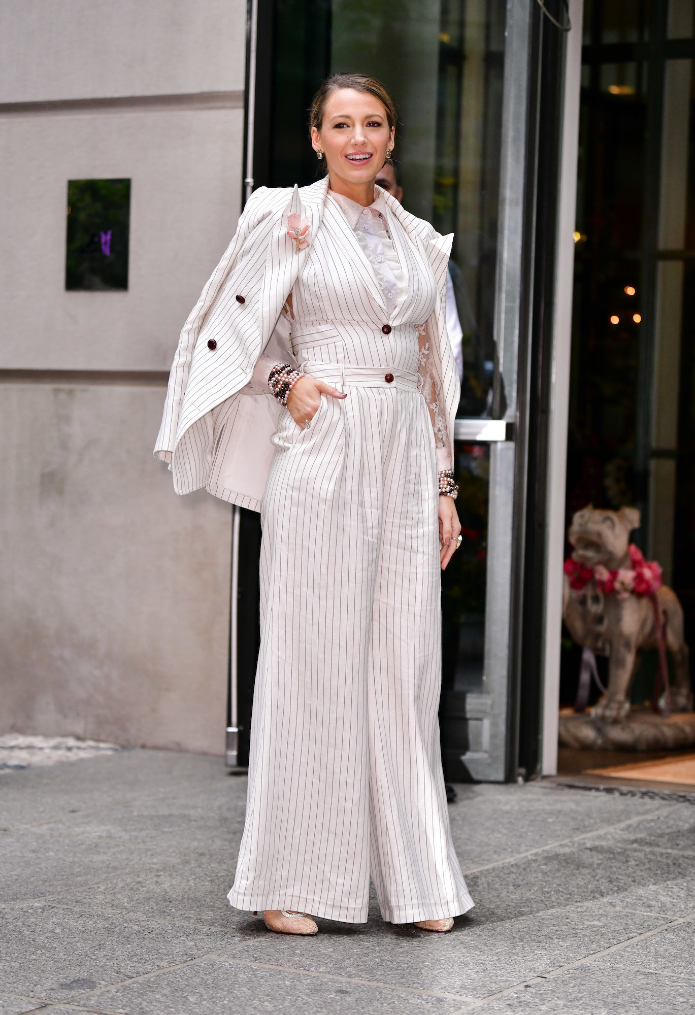 Every now and then, we are blessed by the fashion gods with a celebrity so stylish, that it makes me cry a little bit. I mean, we have Blake Lively, Tracee Ellis Ross, Harry Styles!!!