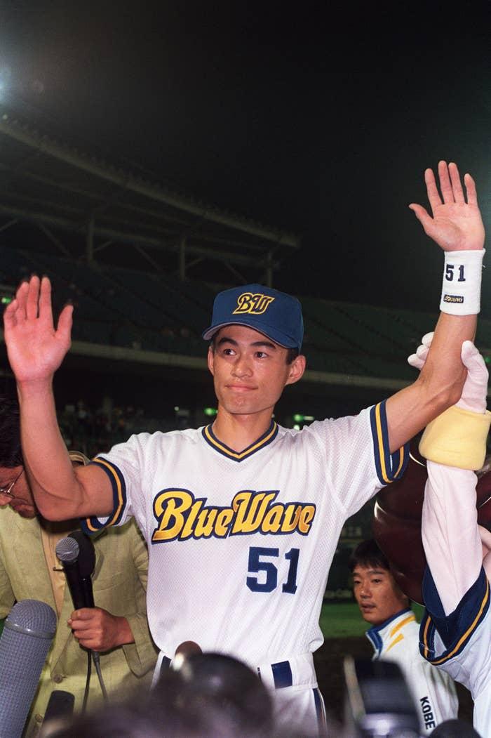 対ロッテ戦でプロ野球史上初のシーズン200本安打を達成しファンの声援にこたえるイチロー(1994年)