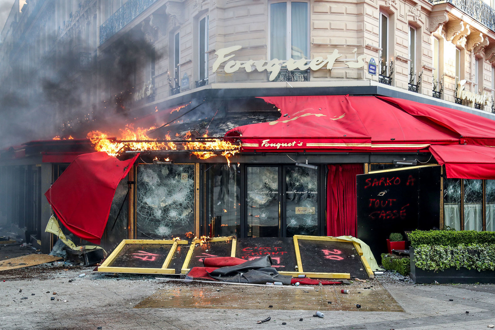 A restaurant is set on fire during clashes with riot police in Paris on March 16, during the 18th consecutive Saturday of demonstrations called by the 'Yellow Vest' movement.