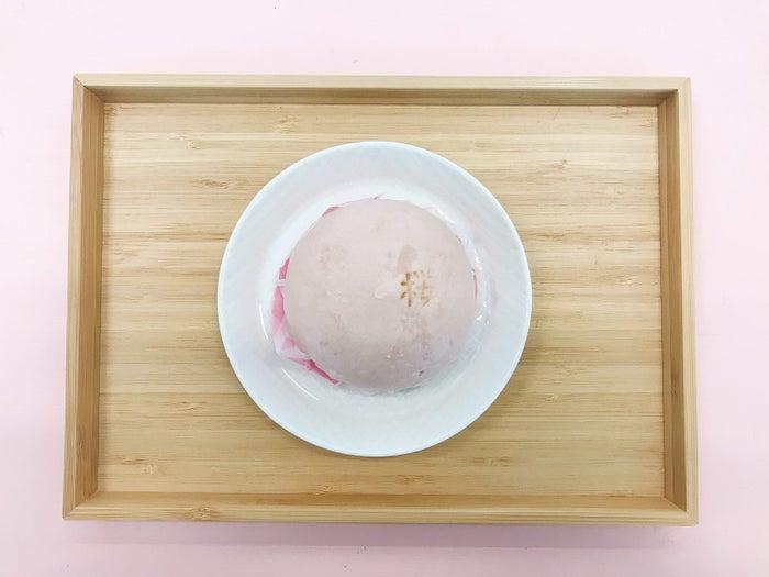 ファミマの中華まんコーナーに登場した「おもちの入ったさくらあんまん」です。桜餅風のまんじゅうということで、カラーも桜色。
