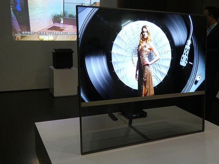 むちゃくちゃ高画質な次世代の素材を使った「OLEDテレビ」、つけてないときは半透明になって、向こうが見えます。