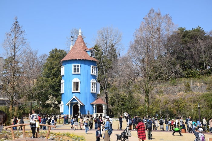 埼玉県・飯能(はんのう)市にオープンしたムーミンバレーパーク。ムーミンや原作者トーベ・ヤンソンの世界観を楽しめる注目のスポットです。3月末の平日に行ってみると、多くの人で賑わっていました。