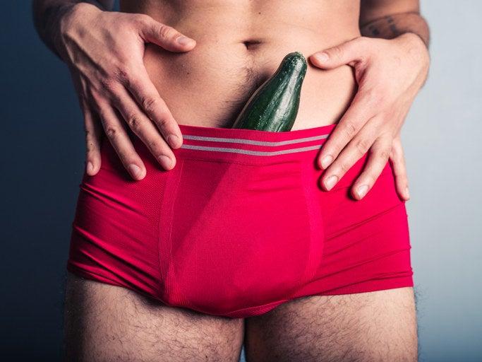 """Fotos gibt's auf dem Profil des Penisses nur unterhalb der Gürtellinie. Ob rote Feinripp-Unterhose der Aldi-Hausmarke oder Satin-Boxershorts: sein erigiertes Glied zeichnet sich stets einwandfrei ab. Außerdem erkennst du den Penis daran, dass sein Bett nicht bezogen ist. Laut Bio ist er nur auf der Suche nach ONS und liebt es, Frauen glücklich zu machen, """"in jeglicher Hinsicht ;)"""" ..."""