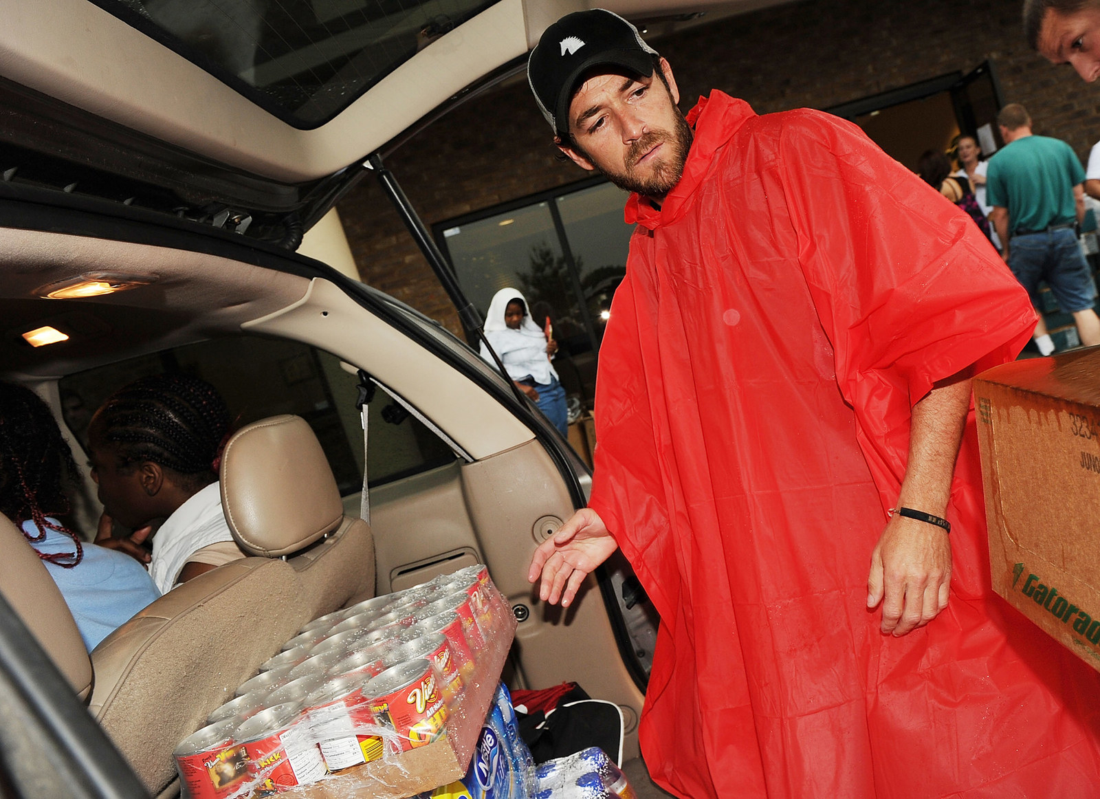 Luke Perry assists volunteers to bring relief to Nashville flood victims on May 14, 2010.