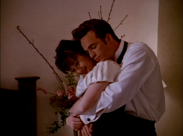Brenda (Shannen Doherty) and Dylan (Luke Perry).