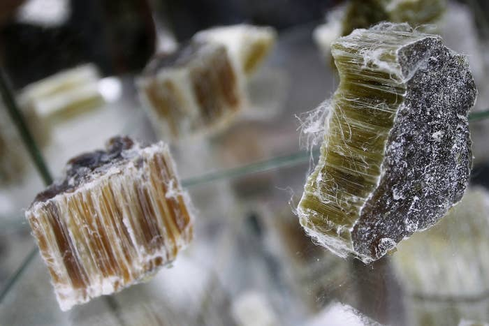 Dieser Stoff ist extrem gefährlich: Rohes Asbest. Eine Faser kann schon reichen, um Krebs zu verursachen. Trotzdem ist Asbest über Jahrzehnte in zahlreichen Produkten verbaut worden.