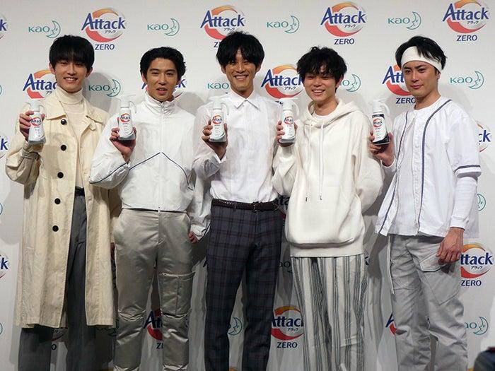 松阪桃李さん、菅田将暉さん、賀来賢人さん、間宮祥太朗さん、杉野遥亮さんの5人て…!この5人が洗濯好きな社会人サークル「#洗濯愛してる会」を結成して、「アタックZERO」のすごさを語り合うというストーリー。