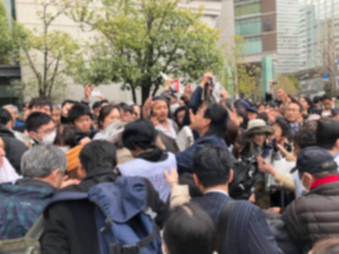 東京駅周辺で配られた号外に人々が殺到した(画像は加工してあります)