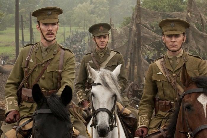 """Benedict Cumberbatch como o Major Jamie Stewart e Tom Hiddleston como o Capitão James Nicholls, no drama de 2011: """"Cavalo de Guerra""""."""