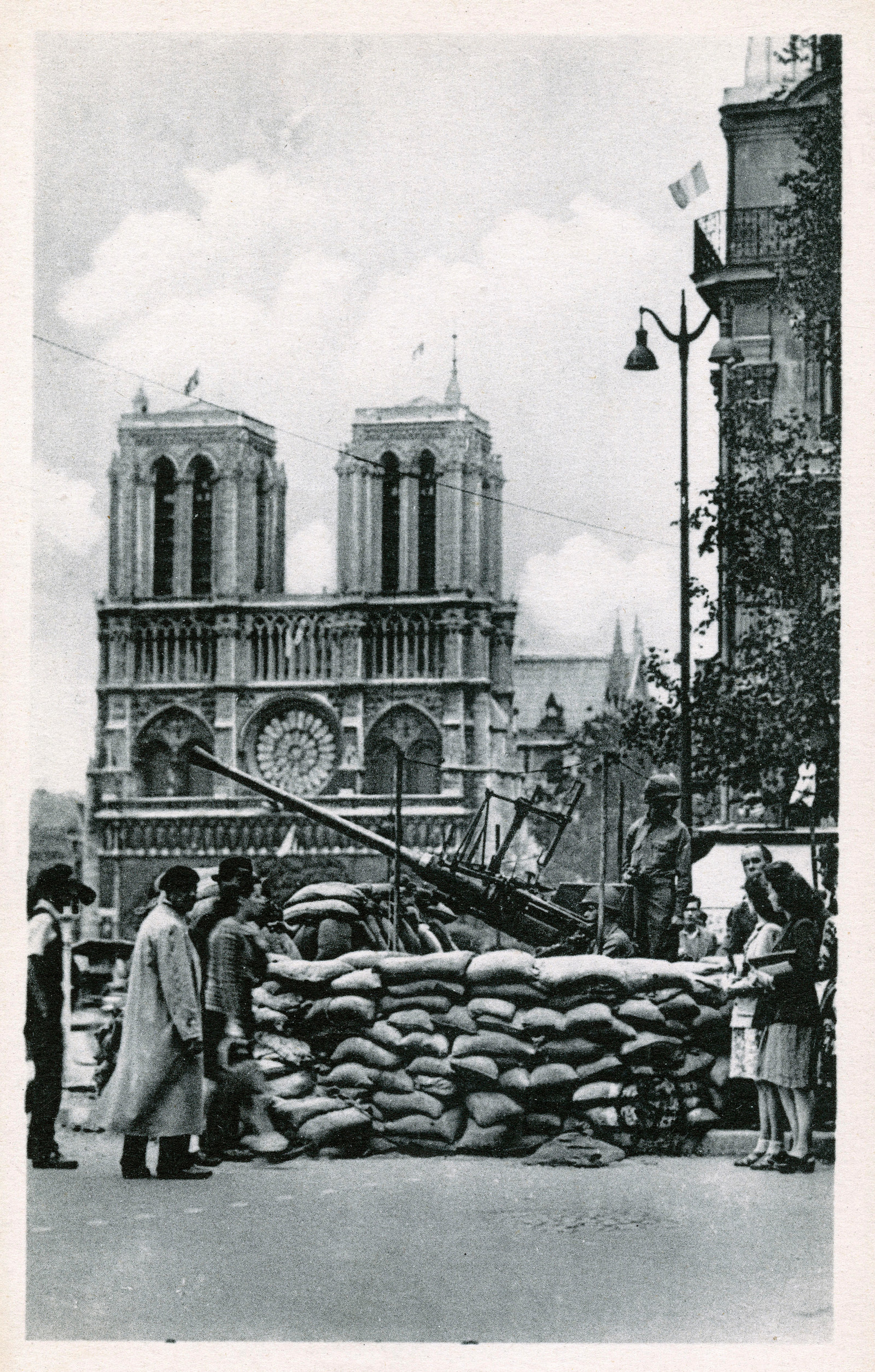 American anti-aircraft artillery in front of the cathedral during the Liberation of Paris, 1944.
