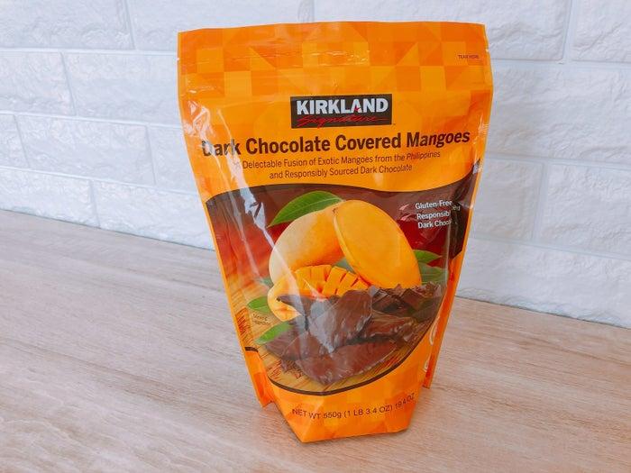 ドライマンゴーをチョコで包んじゃうとか考えた人天才なの?となる逸品。たくさん入っているけどジップ付きだから、保存もできます。