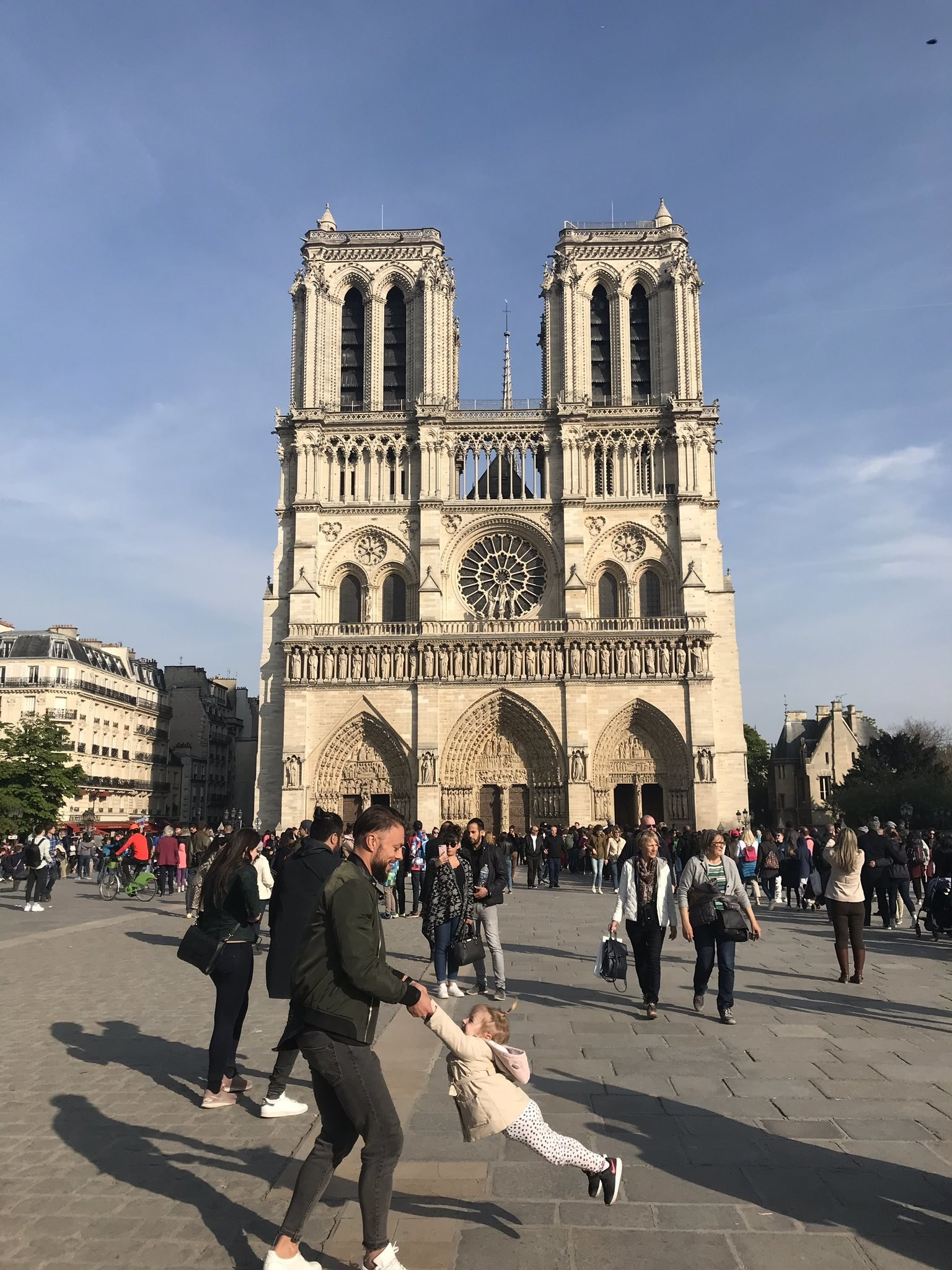 People Are Searching For The Man And Girl In This Heartwarming Photo Of Notre Dame Before The Fire